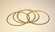 Série de 4 bracelets joncs en or jaune à décor torsadé P : 20g