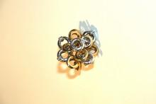 Bague de forme fleur en deux ors ornée de 5 brillants. P: 14g