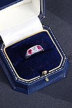 Bague jarretière en or blanc ornée d'un diamant taille ancienne env0,25 ct et de deux rubis env. 0,50 ct