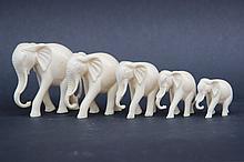 Sujets en ivoire figurant 5 éléphants