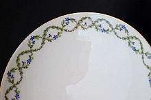 Service de table en porcelaine de Limoges à décor de guirlandes feuillagées et fleurs bleues comprenant 102 pièces dont 40 grandes assiettes , 18 assiettes à soupe , 27 petites assiettes et 17 pièces de service