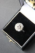 Bague en or blanc ornée d'un diamant central de 0,90 cts environ dans un entourage de  8 brillants pour 1,5 ct environ