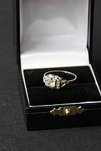 Bague en or blanc de forme architecturée ornée d'un diamant solitaire scandé de petits brillants et onyx