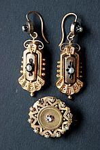 Lot comprenant une paire de boucle d'oreille en or jaune ornées de perles et une broche en or jaune à motif d'étoiles ornée de perles