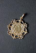 Pendentif en or jaune constitué d'une pièce à l'éffigie de Napoléon III Empereur et ornée de motifs floraux sur le pourtour