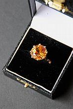 Bague en or jaune ornée d'une importante topaze orange