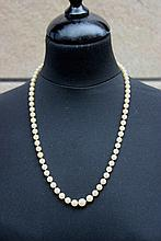 Collier de perles blanches avec fermoir en or jaune
