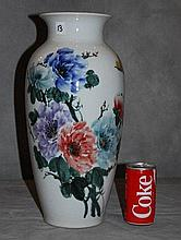 Chinese export porcelain vase.