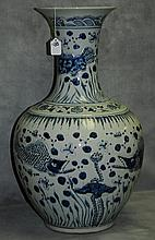Large Chinese blue and white porcelain vase. H:24.25