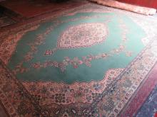 LARGE DECORATIVE GREEN FLORAL FLOOR RUG. APPROX. 410 X 320 CM