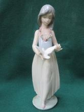 LLADRO GLAZED CERAMIC FIGURE OF A GIRL WITH A DOVE