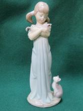 LLADRO GLAZED CERAMIC FIGURE OF A GIRL WITH CATS,