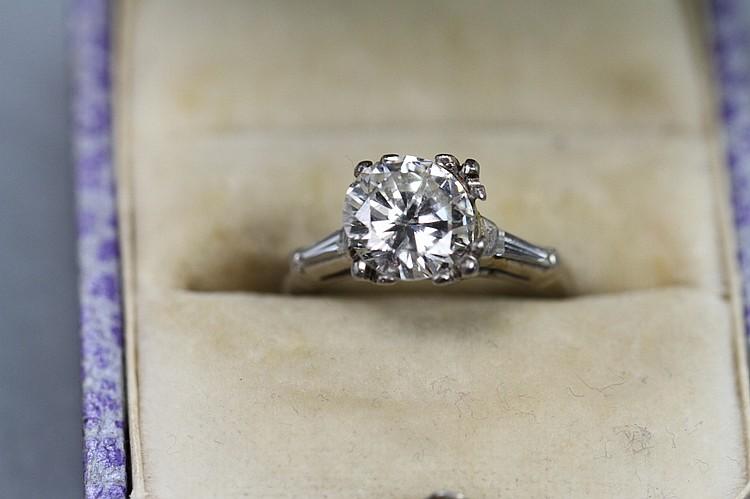 2CT ROUND DIAMOND-PLATINUM MOUNTING W/BAGUETTES