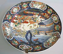Grand plat en porcelaine à décor de paysage. Japo