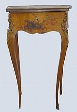 Charmante petite table à bijoux de style LXV, à l'imitation des frères Martin.                                                                       Epoque Nap III 70x29x40 cm (manques)