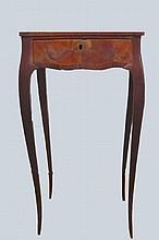 Table volante en bois naturel et marquetée, ouvrant à 1 tiroir.                                                                                                Vers 1900 73x41x29 cm (manques au placage)
