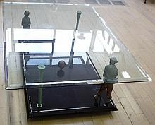 Table basse de salon signée «Aux joueurs de golf» dessus de verre personnages  en métal polychrome
