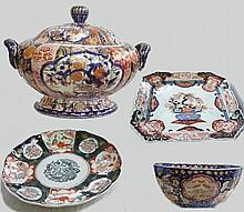 Service en porcelaine Imari composé de 85 pièces dépareillées à décor de fleurs polychromes et dorure Japon fin XIXème (qq ébréchures et fèles)
