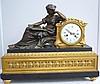 Pendule en bronze doré et marbre noir représentant une femme.         Epoque vers 1880 34x16x41 cm