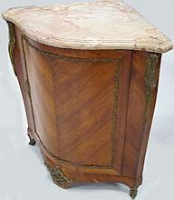 Encoignure en bois de placage fait d'éléments anciens en partie d'epoque LXV, dessus de marbre rose 87x82x56 cm (rest)