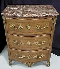 Commode en bois de placage ouvrant par 3 tiroirs, ornementation de bronze doré. Fait d'éléments anciens en partie d'Epoque LXV, dessus marbre 80x63x44 cm (rest et sauts au placage)