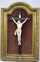 Important crucifix en ivoire, encadrement en bois doré.                         Epoque vers 1700 39x21 cm (3 doigts cassés)