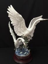 SPECTACULAR!!! Large LLADRO Swans Take Flight Porcelain Statue.