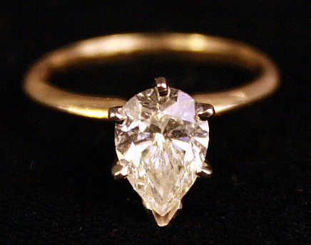 FINE 14K GOLD AND PEAR SHAPED DIAMOND LADY'S RING.