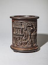 Objet de lettré, porte pinceaux sculptés dans un bambou illustré sur une face de quatre sages taoïstes autour d'une table et au balcon d'une pagode, et de l'autre face de trois autres sages méditant dans une forêt de bambou, les troncs