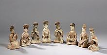 Suite de huit musiciennes assises accroupie et agenouillées jouant de divers instruments, vêtues de longue robe et coiffées de haut chignon.