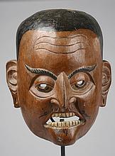 Masque de danse anthropomorphe illustrant un personnage de cour.