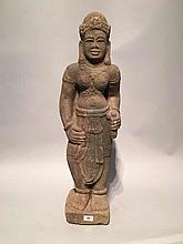 Divinité féminine du panthéon Hindou sans doute Lakshmi coiffée d' un diadème orfévrie retenant un haut chignon , paré de joyaux, lourds pendants d' oreilles, pectoral et bracelets aux poignets et aux chevilles, le torse nu vêtu d' un unique
