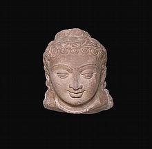 Tête de Boddhisattva ou Prince à la beauté juvénile exprimant la sérénité , coiffée d' un diadème surmonté d' un chignon bouclé .