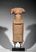Torse de la déesse Uma vêtu d' un sarong long ceinturé d' une large bande de tissu replié en fronce sur le devant orné de fleurettes et rabattu en un pan frontal se terminant en queue de requin et serti d' un liseret brodé..