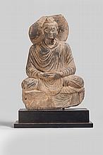 Boddhisattva assis en méditation vêtu de la robe monastique utarasnaga aux plissés hellénistiques à la chevelure bouclée retenue en un chignon symbolisant la protubérance crânienne ushnisha auréolé d' un large nimbe.