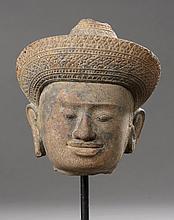Tête de Vishnu coiffée d' un diadème finement orfévrie surmontée d' une Mukuta conique couvrant une chevelure organisée en fines tresses.