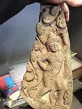 Elément de frise de linteau de temple illustrant un gandharva debout sur fond de rinceaux foisonnants.