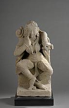 Apsara dansante parée et coiffée de guirlandes de perles, la chevelure ondoyante sur son épaule.