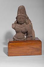 Buste de divinité féminine, sans doute Parvati, coiffée du haut chignon d' ascète de Shiva.