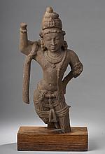 Shiva debout en posture de tribanga coiffé du haut chignon d' ascète, paré de joyaux et vêtu d' un dhoti.