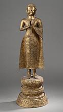 Paire d' importants adorants debout sur un haut tertre circulaire étagé dans une posture hiératique, les mains jointes en Anjali mudra et vêtu d' une robe monastique richement brodés de motifs floraux.