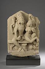 Stèle Uma Maheshvara, le couple divin Shiva et Parvati assis tendrement enlacés symbolisant l' amour, Shiva à quatre bras, coiffé du chignon d' ascète et sa shakti Parvati figurée nue tenant son époux par l' épaule.
