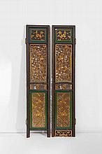 Paire de portes en bois relaqué vert et doré à déc