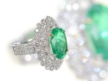 Ring: hochwertiger Goldschmiedering mit leuchtend grünem Smaragd von 5,31ct sowie reichhaltigem Brillantbesatz (NO LIVE FEE)