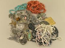 Konvolut Schmuck: diverser vintage Schmuck, Ketten, Anhänger, Broschen, Ringe, Ohrschmuck usw.