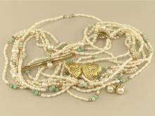 Konvolut Schmuck: Konvolut aus 2 Perlenketten/1 Brosche/1 Paar Ohrstecker