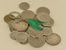 Konvolut: Konvolut aus unterschiedlichen Münzen und einer skandinavischen Emaille-Brosche