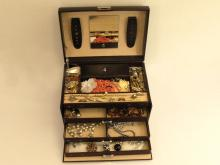 Ringe/Anhänger/Ketten etc.: Koffer mit vintage Schmuck, 'Fundgrube'