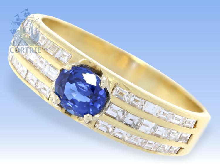 Ring: Goldschmiedering mit hochwertigem Ceylon-Saphir und Emerald-Cut-Diamanten, sehr teure Goldschmiedearbeit