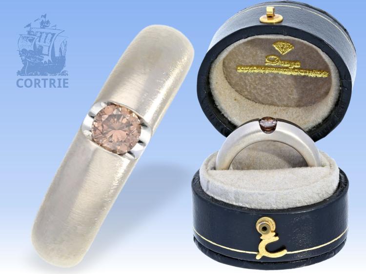 Ring: äußerst massiver und hochwertiger Goldschmiedering mit seltenem Farbdiamant, Meister-Atelier Dwenger Hamburg mit Originalbox